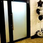 двустворчатая входная дверь с матовой пленкой