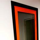 алюминиевая оранжевая дверь в черной коробке с зеркальной пленкой