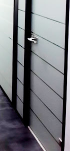 цельностеклянная дверь с матовой пленкой