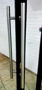 офисная ручка скоба с отводом в 45 градусов на входной двери