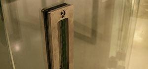 прорезная ручка на цельностеклянной раздвижной перегородке в студии кинокомпании лукфильм