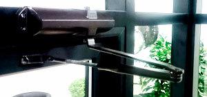 черный доводчик на алюминиевые двери