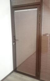 стеклянная дверь в алюминиевой раме с жалюзи