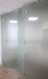 матовая раздвижная офисная перегородка из стекла и нержавеющей стали