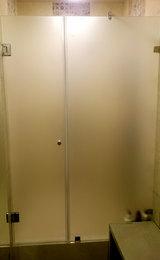 матовая душевая дверь с пескоструйной обработкой