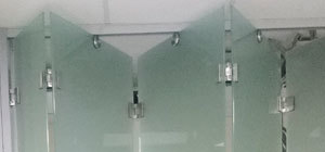 стеклянная раздвижная перегородка гармошка (книжка) с матовым закаленным стеклом (мателюкс)