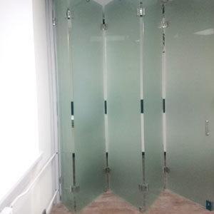 цельностеклянная раздвижная перегородка гармошка (книжка) с матовым закаленным стеклом (мателюкс)