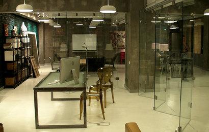 стеклянная раздвижная перегородка от АСК СИСТЕМА с фурнитурой из нержавеющей стали
